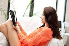Mujer feliz con el ordenador de la PC de la tablilla Fotos de archivo libres de regalías