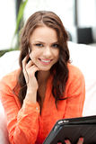 Mujer feliz con el ordenador de la PC de la tablilla Foto de archivo libre de regalías