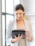 Mujer feliz con el ordenador de la PC de la tablilla Imágenes de archivo libres de regalías