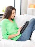 Mujer feliz con el ordenador de la PC de la tablilla Imagenes de archivo