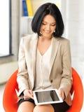 Mujer feliz con el ordenador de la PC de la tablilla Fotografía de archivo libre de regalías