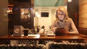 Mujer feliz con el ordenador de la tablilla almacen de video