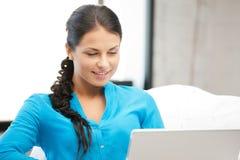 Mujer feliz con el ordenador portátil Imágenes de archivo libres de regalías