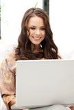 Mujer feliz con el ordenador portátil Fotografía de archivo libre de regalías