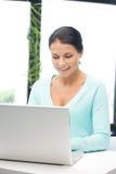 Mujer feliz con el ordenador portátil Fotos de archivo