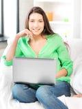 Mujer feliz con el ordenador portátil Foto de archivo