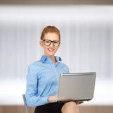 Mujer feliz con el ordenador portátil Fotos de archivo libres de regalías