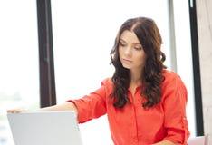 Mujer feliz con el ordenador portátil Fotografía de archivo