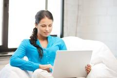Mujer feliz con el ordenador portátil Imagen de archivo libre de regalías