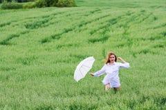 Mujer feliz con el paraguas. Imagen de archivo libre de regalías