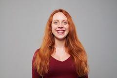 Mujer feliz con el pelo castaño que mira la cámara Fotografía de archivo libre de regalías
