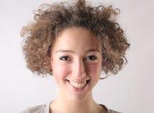 Mujer feliz con el pelo rizado Imagenes de archivo