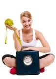 Mujer feliz con el pomelo y la balanza  Fotos de archivo libres de regalías