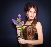 Mujer feliz con el ramo de flores Imagen de archivo