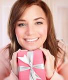 Mujer feliz con el rectángulo de regalo Imagen de archivo libre de regalías