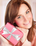 Mujer feliz con el rectángulo de regalo Foto de archivo libre de regalías
