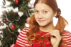 Mujer feliz con el rectángulo de regalo Fotografía de archivo libre de regalías