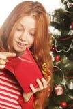 Mujer feliz con el rectángulo de regalo Fotos de archivo libres de regalías