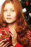 Mujer feliz con el rectángulo de regalo Foto de archivo