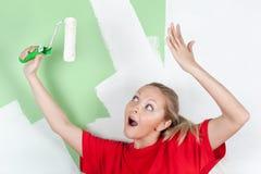 Mujer feliz con el rodillo de pintura Foto de archivo libre de regalías