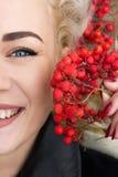 Mujer feliz con el serbal Concepto del otoño fotos de archivo