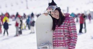 Mujer feliz con el snowboard almacen de video