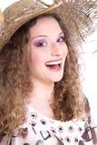 Mujer feliz con el sombrero del sol - mujer aislada en el fondo blanco Foto de archivo libre de regalías
