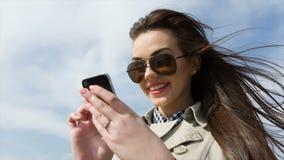Mujer feliz con el teléfono blanco almacen de metraje de vídeo