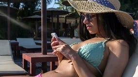 Mujer feliz con el teléfono blanco almacen de video