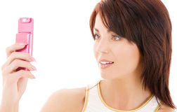 Mujer feliz con el teléfono celular imagen de archivo