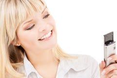 Mujer feliz con el teléfono celular Fotos de archivo