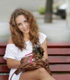 Mujer feliz con el terrier de yorkshire Imágenes de archivo libres de regalías