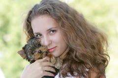 Mujer feliz con el terrier de yorkshire Foto de archivo libre de regalías