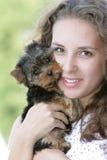 Mujer feliz con el terrier de yorkshire Imagenes de archivo