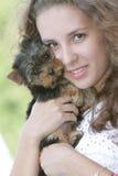 Mujer feliz con el terrier de yorkshire Fotos de archivo libres de regalías