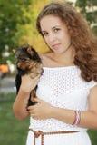 Mujer feliz con el terrier de yorkshire Fotografía de archivo libre de regalías