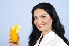 Mujer feliz con el zumo de naranja Foto de archivo libre de regalías