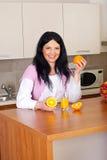 Mujer feliz con el zumo de naranja fresco Fotografía de archivo