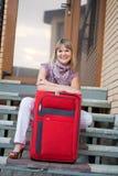 Mujer feliz con equipaje Fotos de archivo