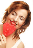 Mujer feliz con estallido del polo del caramelo del corazón fotografía de archivo libre de regalías