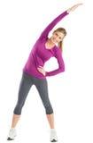 Mujer feliz con hacer aumentado brazos estirando ejercicio Fotos de archivo libres de regalías