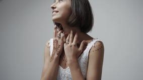 Mujer feliz con la alheña interior metrajes