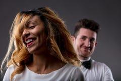 Mujer feliz con la aprobación del hombre borroso en fondo imagen de archivo libre de regalías