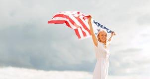 Mujer feliz con la bandera americana al aire libre Fotografía de archivo