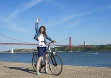 Mujer feliz con la bicicleta Imágenes de archivo libres de regalías