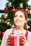 Mujer feliz con la caja y el árbol de navidad de regalo Fotos de archivo