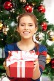 Mujer feliz con la caja y el árbol de navidad de regalo Imagenes de archivo