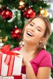 Mujer feliz con la caja y el árbol de navidad de regalo Imagen de archivo