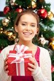 Mujer feliz con la caja y el árbol de navidad de regalo Foto de archivo libre de regalías