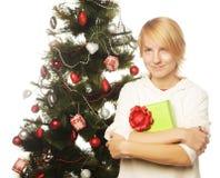 Mujer feliz con la caja y el árbol de navidad de regalo Fotos de archivo libres de regalías